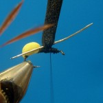 6. Используйте иглу, чтобы проделать отверстия в пенке, и вставьте крылья